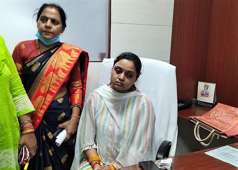 4 साल के बेटे, भाई और चाचा की मौजूदगी में OSD पद पर ज्वाइन किया, पदभार ग्रहण करते ही फूटकर रोई कानपुर,Kanpur - Dainik Bhaskar