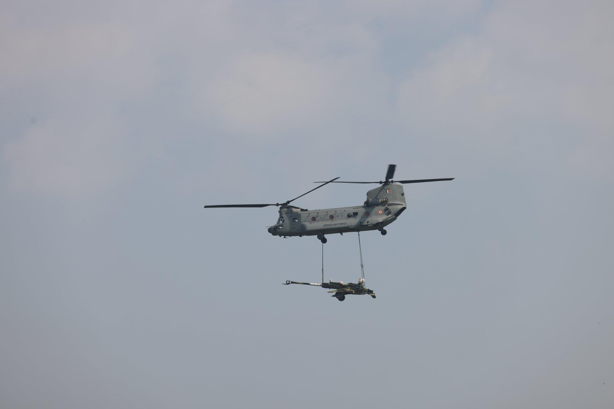 फोटो एयरफोर्स के चिनूग हेलीकॉप्टर की है, जो तोप को एक स्थान से दूसरे स्थान पर लेकर जा रहा है।