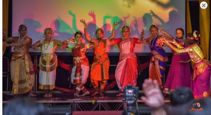 रंगारंग सांस्कृतिक कार्यक्रमों की प्रस्तुति देते भारतीय कलाकार