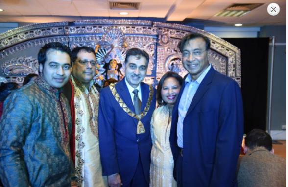 भारतीय मूल के उद्योगपति लक्ष्मी मित्तल भी आते हैं मां का आशीष लेने
