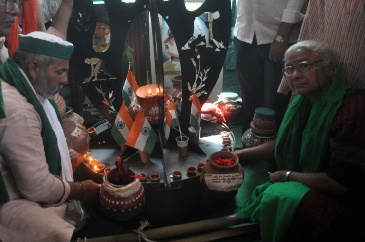 यह तस्वीर 6 अप्रैल को गाजीपुर बॉर्डर की है, जब राकेश टिकैत ने वहां पर प्रतीकात्मक रूप से शहीद स्मारक की स्थापना की थी।