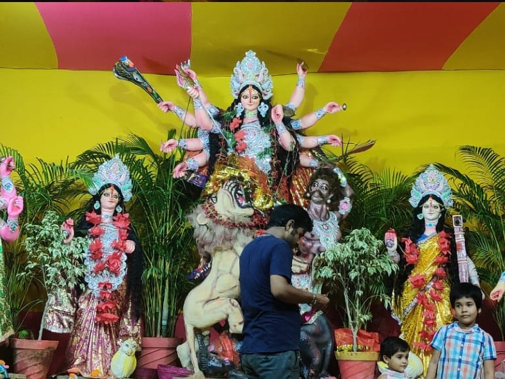 पटना के आशियाना रोड में परम पावन दुर्गा पूजा समिति की ओर से माता की प्रतिमा स्थापित की गई है।