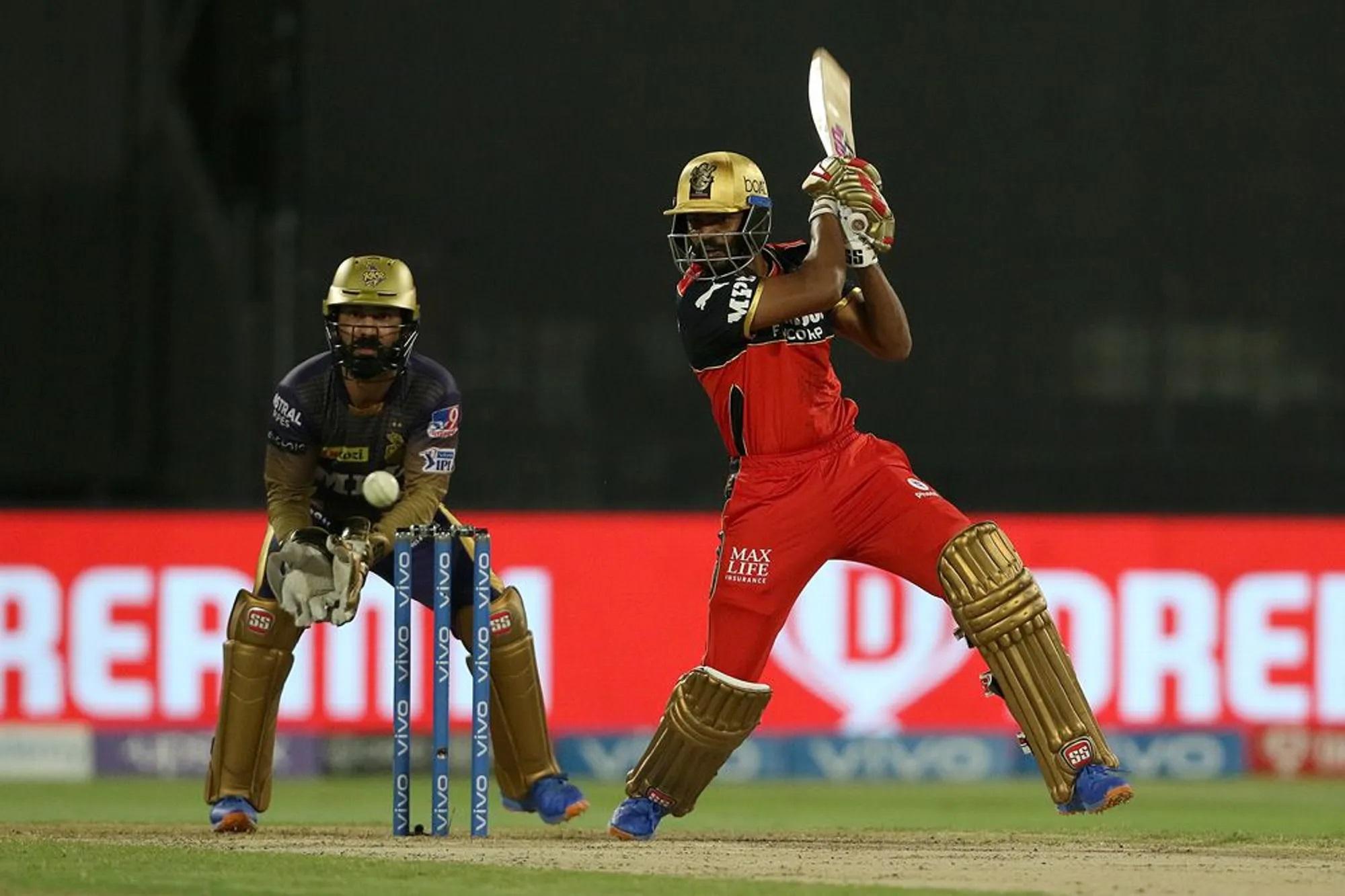 कोहली की विदाई को दुखदाई बनाने वालों में उनकी टीम के एक बैट्समैन का भी नाम है। वो हैं केएस भरत। वो वन डाउन खेलने आए थे। उस वक्त बेंगलुरु एकदम लय में बैटिंग कर रही थी। सिर्फ 5 ओवर में 49 रन बन चुके थे, लेकिन भरत आए और उन्होंने 16 गेंद में 9 रन की एक बेहद धीमी पारी खेली। नतीजा यह कि एक एंड पर कोहली खड़े रह गए और छठें, सातवें, आठवें और नौवें कुल चार ओवर में 1 भी बाउंड्री नहीं लगी। 10वें ओवर की चौथी गेंद पर भरत बाउंड्री लगाने के चक्कर में बाउंड्री लाइन पर ही कैच आउट हो गए।