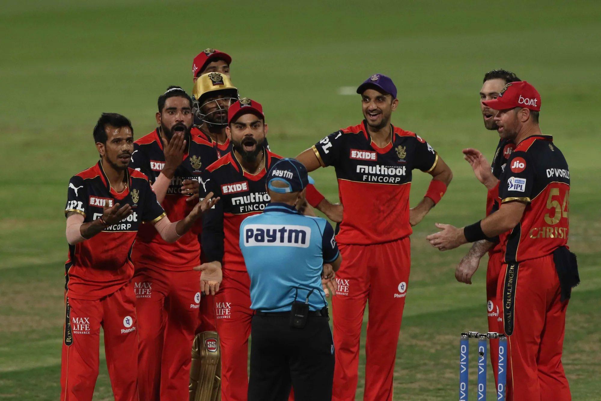 विराट ने तुरंत रिव्यू का इशारा किया और बाद में त्रिपाठी आउट पाए गए और फिर गुस्से के साथ कोहली और बेंगलुरू के अन्य खिलाड़ी अंपायर को चिढ़ाते भी नजर आए।