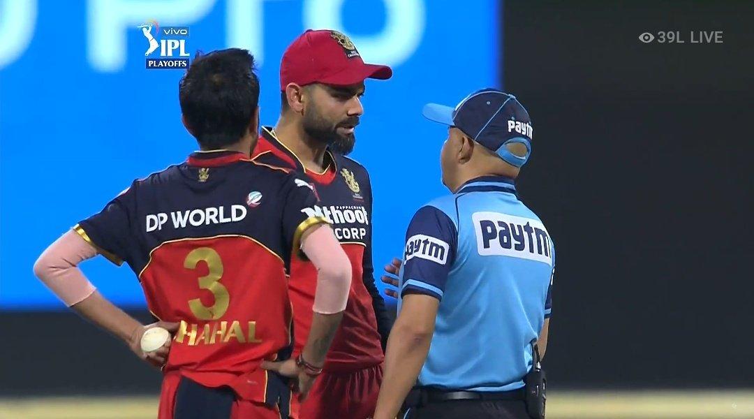 KKR की पारी के दौरान 7वें ओवर की आखिरी गेंद पर युजवेंद्र चहल की गेंद पर राहुल त्रिपाठी के खिलाफ LBW की अपील की। जिसे अंपायर ने नकार दिया। जिसके बाद कोहली तमतमा गए।