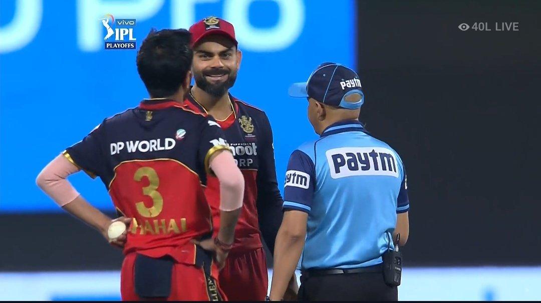 मैच के दौरान कोहली ने अंपायरों के पास जाकर इस फैसले को लेकर अपनी नाराजगी भी जताई। हालांकि अंत में उन्होंने खुद इस बात को खत्म कर दिया।