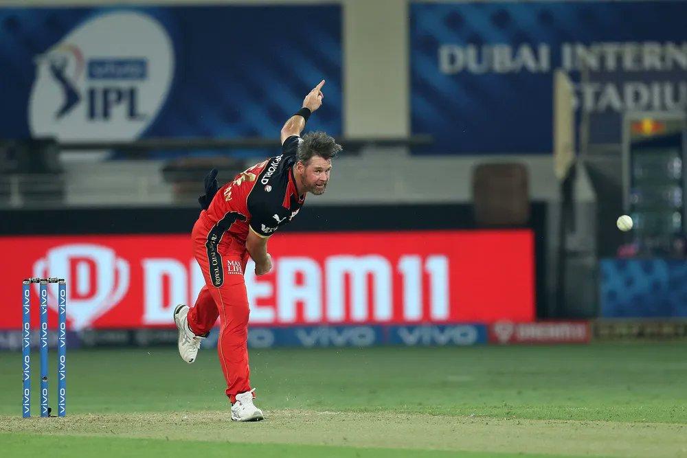 कप्तान कोहली की विदाई को दुखदाई बनाने में कुछ उनके अपने भी लगे थे। उनमें सबसे ऊपर नाम RCB के बॉलर डैन क्रिश्चियन का है। उन्होंने मैच में सिर्फ 10 गेंदें फेकीं और इतने में ही 29 रन लुटा दिए।