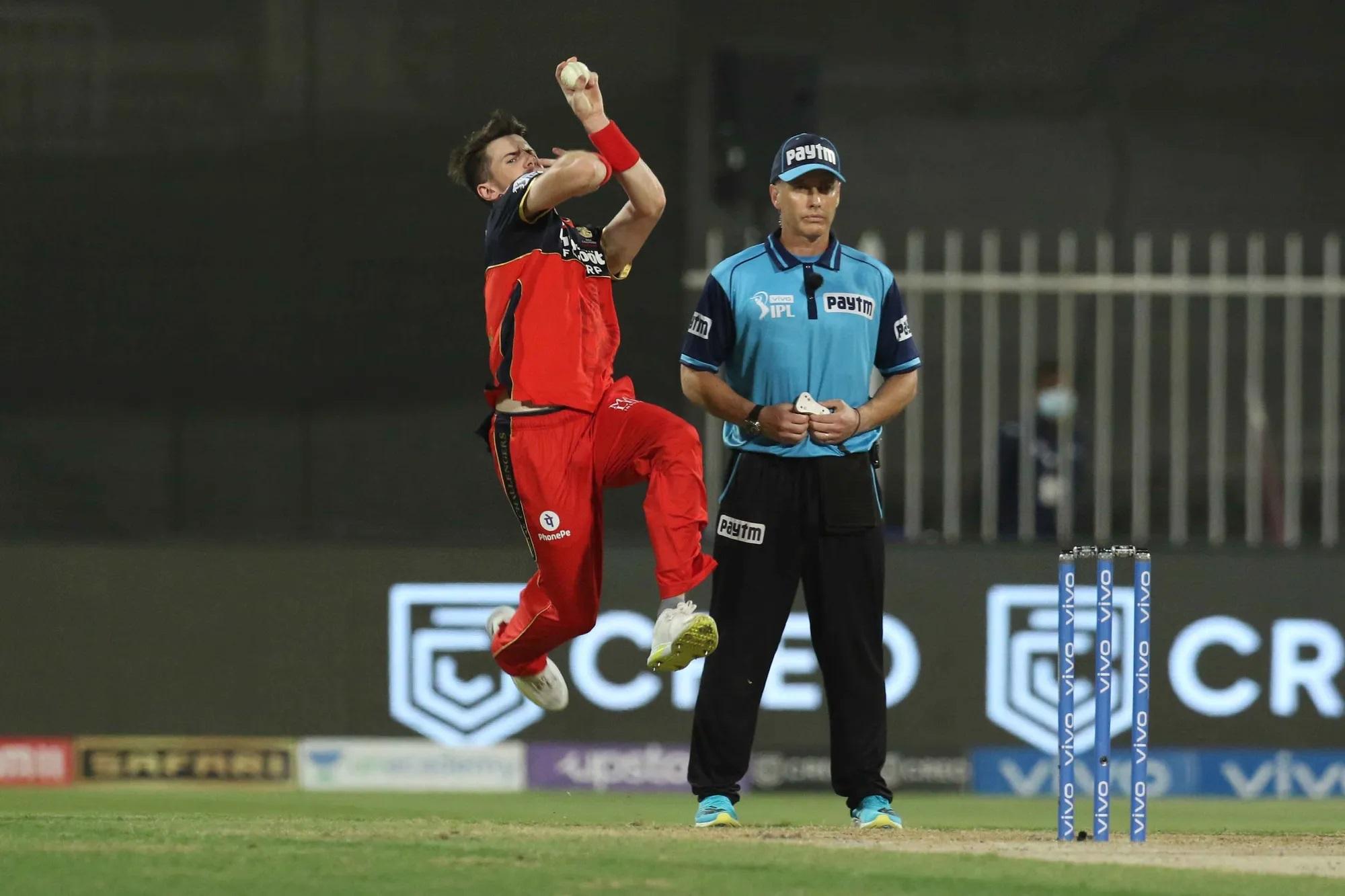 इस कतार में आखिरी नाम RCB के बॉलर जॉर्ज गार्टन का भी है। उन्होंने एक लो-स्कोरिंग मैच में 3 ओवर में 29 रन खर्च कर दिए और एक भी विकेट नहीं ले पाए।