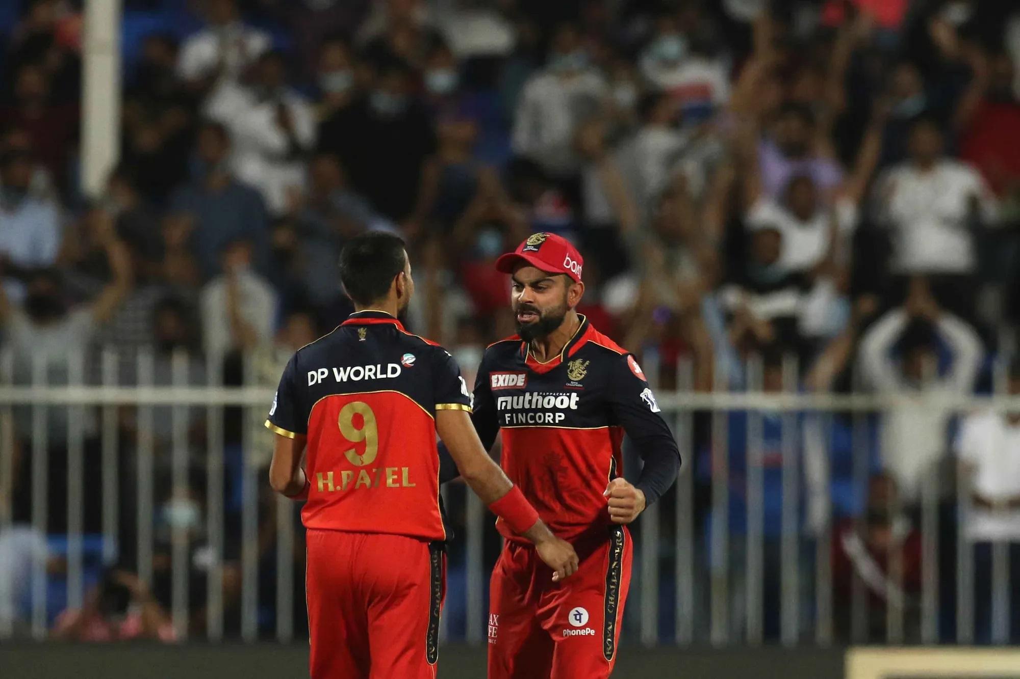 इस IPL में कोहली के लिए तुरुप के इक्का साबित हुए तेज गेंदबाज हर्षल पटेल अपने कप्तान को और बेहतर विदाई देने के लिए आखिरी लम्हे तक ताकत लगाते रहे। फेज -1 के एक मैच के दौरान हर्षल के एक ओवर में रवींद्र जडेजा ने 37 रन ठोक दिए थे। तब सबने कहा था अब इनका करियर खत्म, लेकिन कोहली ने उन पर भरोसा किया और इस युवा बॉलर ने क्या वापसी की। उन्होंने किसी एक IPL में सबसे ज्यादा विकेट लेने के रिकॉर्ड 32 विकेट को छू लिया। इस बार के पर्पल कैप के विजेता भी हर्षल बनेंगे। इस मैच में भी उन्होंने 4 ओवर में सिर्फ 19 रन देकर 2 विकेट चटकाए।