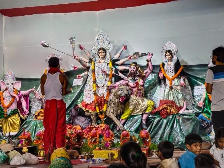 पटना के इंद्रपुरी ओवरब्रिज अटल पथ पर श्री दुर्गा पूजा समिति की ओर से मां दुर्गा समेत अन्य देवी-देवताओं की प्रतिमा स्थापित की गई है।