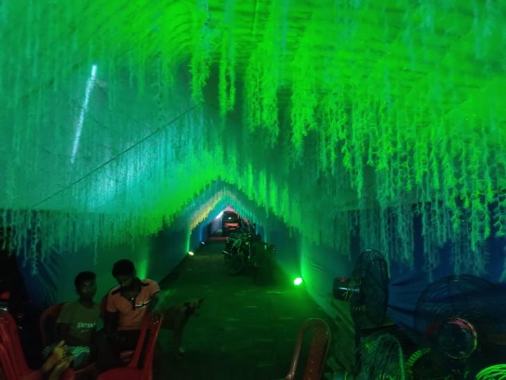 जहानाबाद जिले में भव्य पंडाल का किया गया निर्माण। गुफा से होकर माता का दर्शन कर रहे हैं श्रद्धालु।