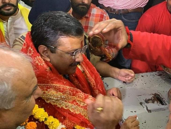 देवी तालाब मंदिर में नतमस्तक हुए दिल्ली के CM, अमृतसर एयरपोर्ट से गुरदासपुर जाकर लौटे जालंधर|लुधियाना,Ludhiana - Dainik Bhaskar