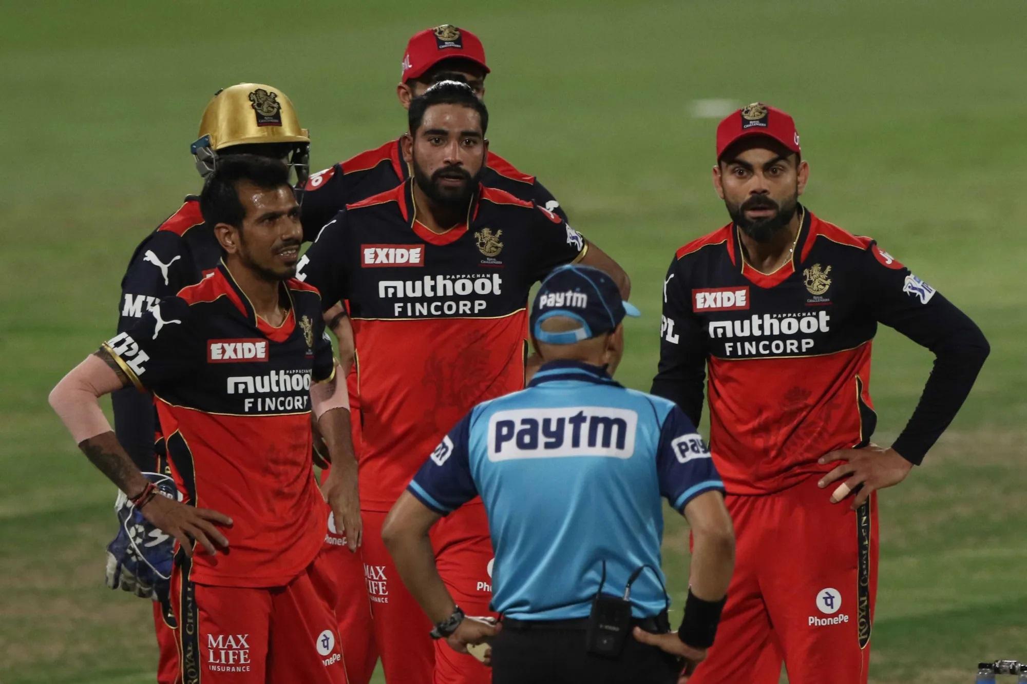 बैटिंग के वक्त कोहली मैदान में नहीं थे, लेकिन जब बॉलिंग के वक्त कोहली मैदान में थे और अंपायर वीरेंद्र ने एक बार फिर बेंगलुरु के लिए गलत फैसला दिया तो कोहली बिफर पड़े। इस बार मामला कोलकाता के बल्लेबाज के आउट होते हुए भी आउट न देना था। जब अंपायर ने आउट नहीं दिया तो कोहली ने पहले रिव्यू लिया और रिव्यू लेने के बाद अंपायर के पास आए और एकदम नाराज होते हुए अपनी बात रखी। बातचीत इतनी बढ़ी कि अंपायर ओवर खत्म होने के बाद एक बार कोहली के पास आए और उन्होंने अपनी बात रखी।