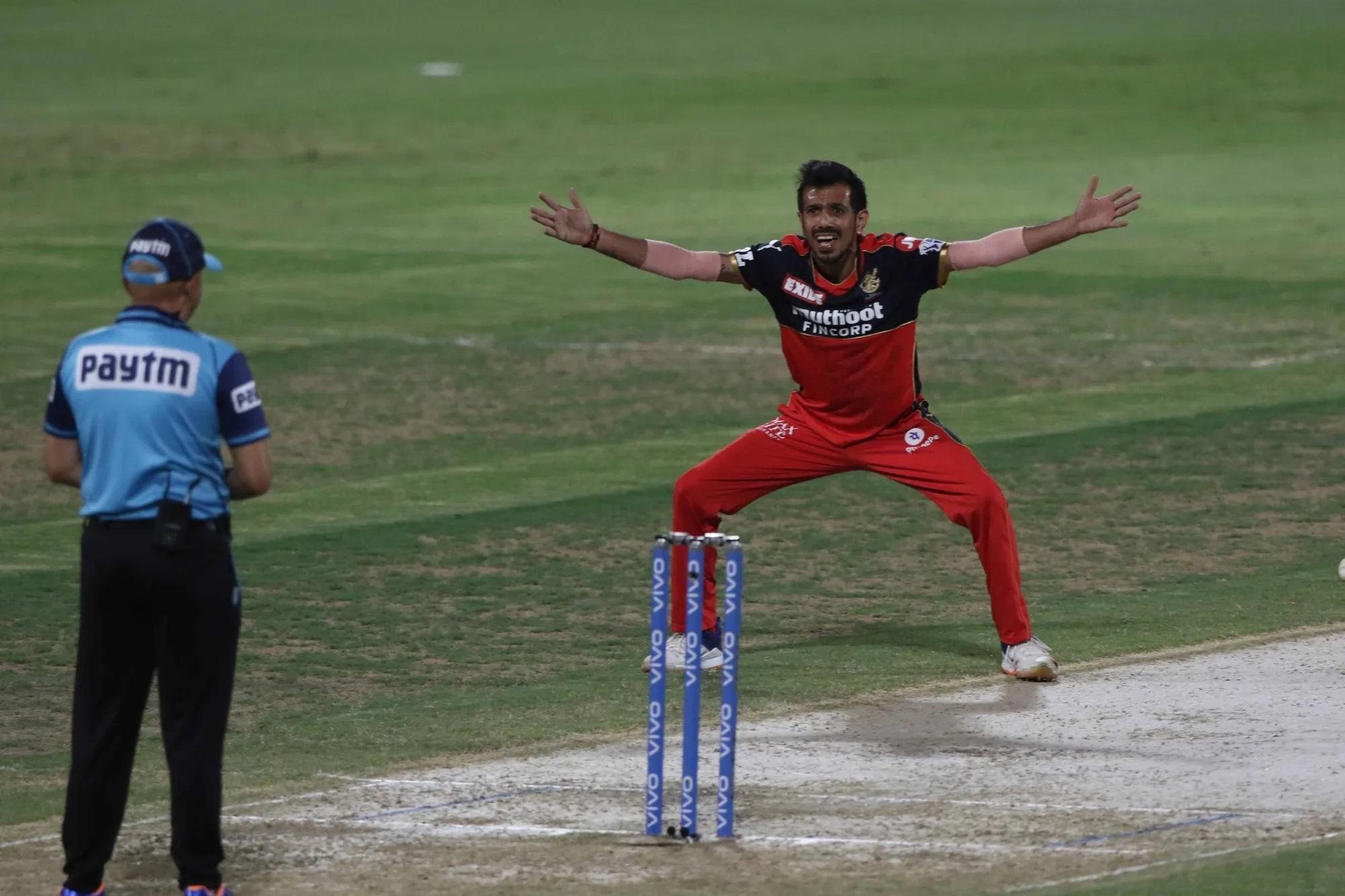 इसके अलावा अपने कप्तान को IPL से खाली हाथ जाने से बचाने के लिए RCB के लेग स्पिनर युजवेंद्र चहल ने अपनी पूरी ताकत लगा दी। उन्होंने 4 ओवर में 16 रन देकर 2 विकेट भी चटकाए।