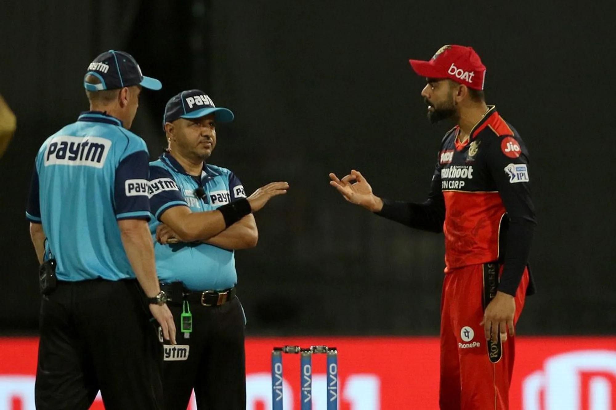 असल में हुआ ये कि अंपायर वीरेंद्र शर्मा बेंगलुरु की इनिंग के दौरान में बेंगलुरु के दो बल्लेबाजों को गलत आउट दे चुके थे। बाद में बल्लेबाजों ने रिव्यू लेकर अपने विकेट बचाए।