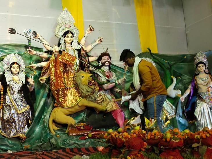 पटना के महेश नगर में महेश नगर दुर्गा पूजा समिति की ओर से माता की प्रतिमा स्थापित की गई है।