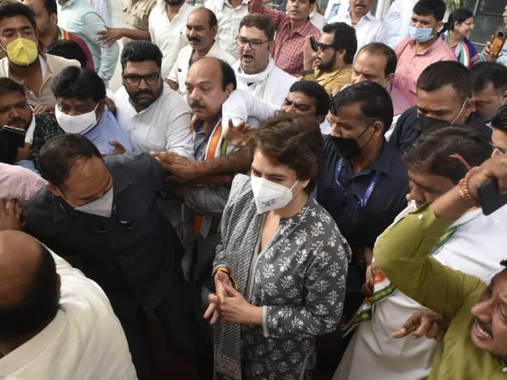 लखनऊ से प्रियंका गांधी वाड्रा लखीमपुर के लिए निकल चुकी हैं। उनके साथ हरियाणा के नेता दीपेंद्र हुड्डा भी हैं।