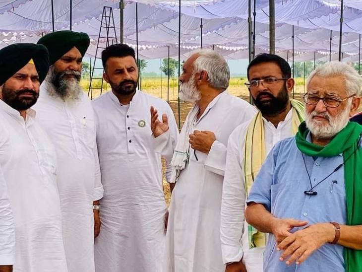 कार्यक्रम स्थल पर संयुक्त मोर्चा के नेता डॉक्टर दर्शनपाल सिंह (दाएं से पहले) व अन्य।