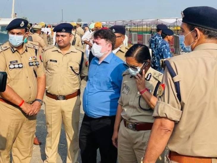 तिकुनिया में IG जोन लक्ष्मी सिंह और पुलिस के अन्य बड़े अधिकारी।