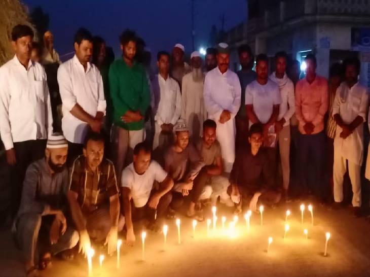 यूपी के रामपुर जिले में भी किसानों की याद में मोमबत्ती जलाई गईं।