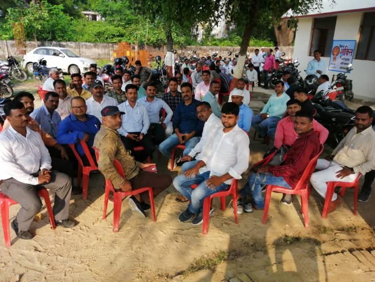 बेसिक शिक्षा सचिव ने ऑनलाइन आवंटन के लिए दिया 3 बजे का टाइम, बीएसए का फरमान 10 बजे हाजिर हों; भूख और प्यास से तड़पे गुरुजी|सुलतानपुर,Sultanpur - Dainik Bhaskar