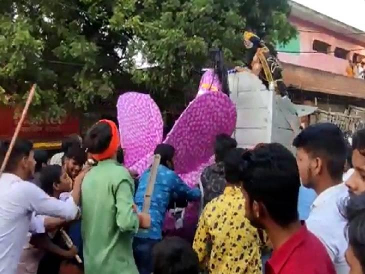 169 सालों से चली आ रही आयोजन की परंपरा, दिखाया जाता है जटायू-रावण युद्ध, हिंदू-मुस्लिम मिलकर लेते हैं भाग जालौन,Jalaun - Dainik Bhaskar
