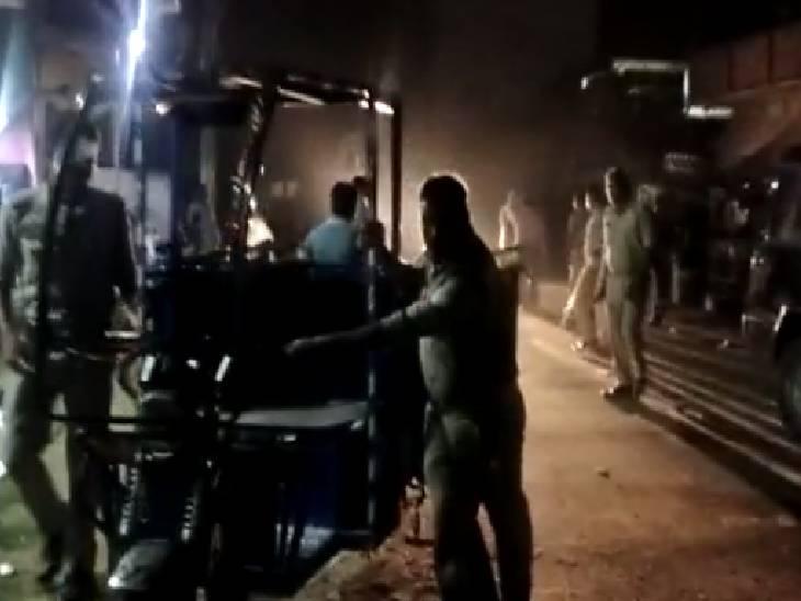 गली में ई-रिक्शा खड़ा करने को लेकर विवाद, समुदाय विशेष पर लगा पथराव करने का आरोप, हिरासत में लिए गए 9 लोग फिरोजाबाद,Firozabad - Dainik Bhaskar