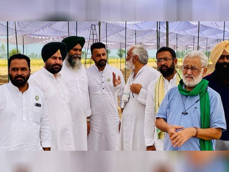 कार्यक्रम में किसान नेता दर्शनपाल सिंह (स्काई ब्लू शर्ट में) भी पहुंचे हैं। बताया जाता है कि किसान आंदोलन में एक साथ 31 संगठनों को इन्होंने एक झंडे के नीचे खड़ा किया हुआ है। अंतिम अरदास कार्यक्रम की समाप्ति की घोषणा इन्होंने ही की है।