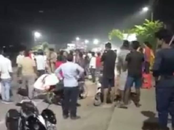3 लोग एक बाइक से जा रहे थे, तेज रफ्तार ट्रक ने रौंद दिया, 2 की हालत गंभीर|महराजगंज,Maharajganj - Dainik Bhaskar