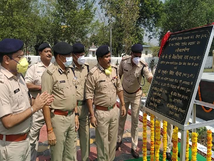 रीवा में SAF जवानों ने श्रमदान कर बनाया भव्य शहीद स्मारक, एडीजीपी ने किया लोकार्पण, PHQ से आवंटित हुए थे सिर्फ 4.80 लाख रुपए|रीवा,Rewa - Dainik Bhaskar