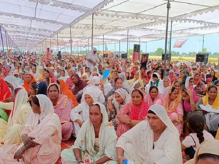कार्यक्रम में देश भर से महिलाएं भी अपनी उपस्थिति दर्ज कराने के लिए पहुंचीं। पंडाल में बड़ी संख्या महिलाओं की भी रही।
