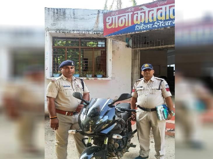 रीवा में चोरी की बाइक के साथ दो बदमाश गिरफ्तार, व्हाट्सएप में फोटो भेज कर रहे थे सौदा, ग्राहक की तलाश में निकले तो घेराबंदी में पकड़े गए|रीवा,Rewa - Dainik Bhaskar