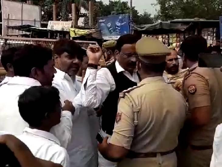 10 गाड़ियों के काफिले के साथ लखीमपुर जा रहीं थीं,पुलिस और कांग्रेसियों में धक्का-मुक्की; जिला प्रशासन ने 3 गाड़ियों को दी परमिशन|सीतापुर,Sitapur - Dainik Bhaskar