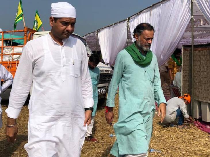 किसानों के संघर्ष में खड़े रहे योगेंद्र यादव भी सोमवार रात को ही लखीमपुर पहुंच गए थे। आज अपने साथियों संग उन्होंने अंतिम अरदास कार्यक्रम में अपनी मौजूदगी दर्ज कराई। उन्हें मंच पर भी जगह दी गई है।