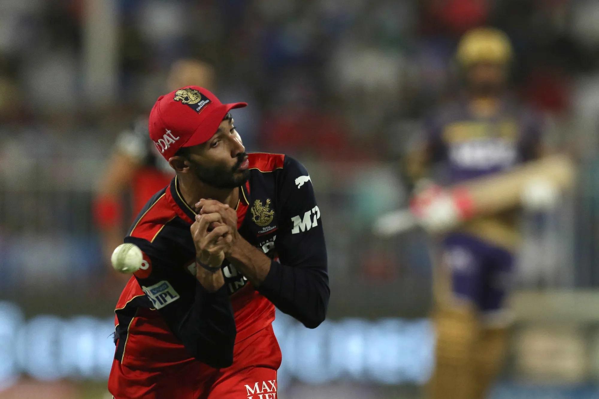 'बटर फिंगर्स' अकेले शाहबाज की नहीं, देवदत्त पडिक्कल की भी रहीं। 17वें ओवर की पहली गेंद थी। बेंगलुरु के मुंह से मैच छीनते सुनील नरेन का एक आसान सा कैच उठा। कोहली को लगा कि ये कैच तो पडिक्कल लपक ही लेंगे। लेकिन पडिक्कल ऐसा न कर सके।