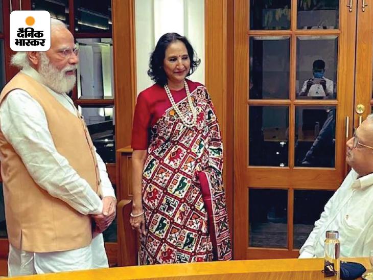 राकेश झुनझुनवाला के सामने उनकी पत्नी रेखा और प्रधानमंत्री मोदी खड़े हैं