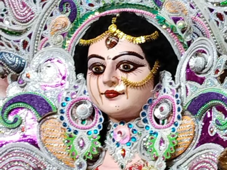 पटना के रुकनपुरा में देवी मां की प्रतिमा से आंसू की धारा निकल रही है। आयोजक को नहीं पता ऐसा क्यों हो रहा है। कुछ लोगों का मानना है कि यह रंग हो सकता है। आंखों में ज्यादा रंग की वजह से पानी गिर रहा है।