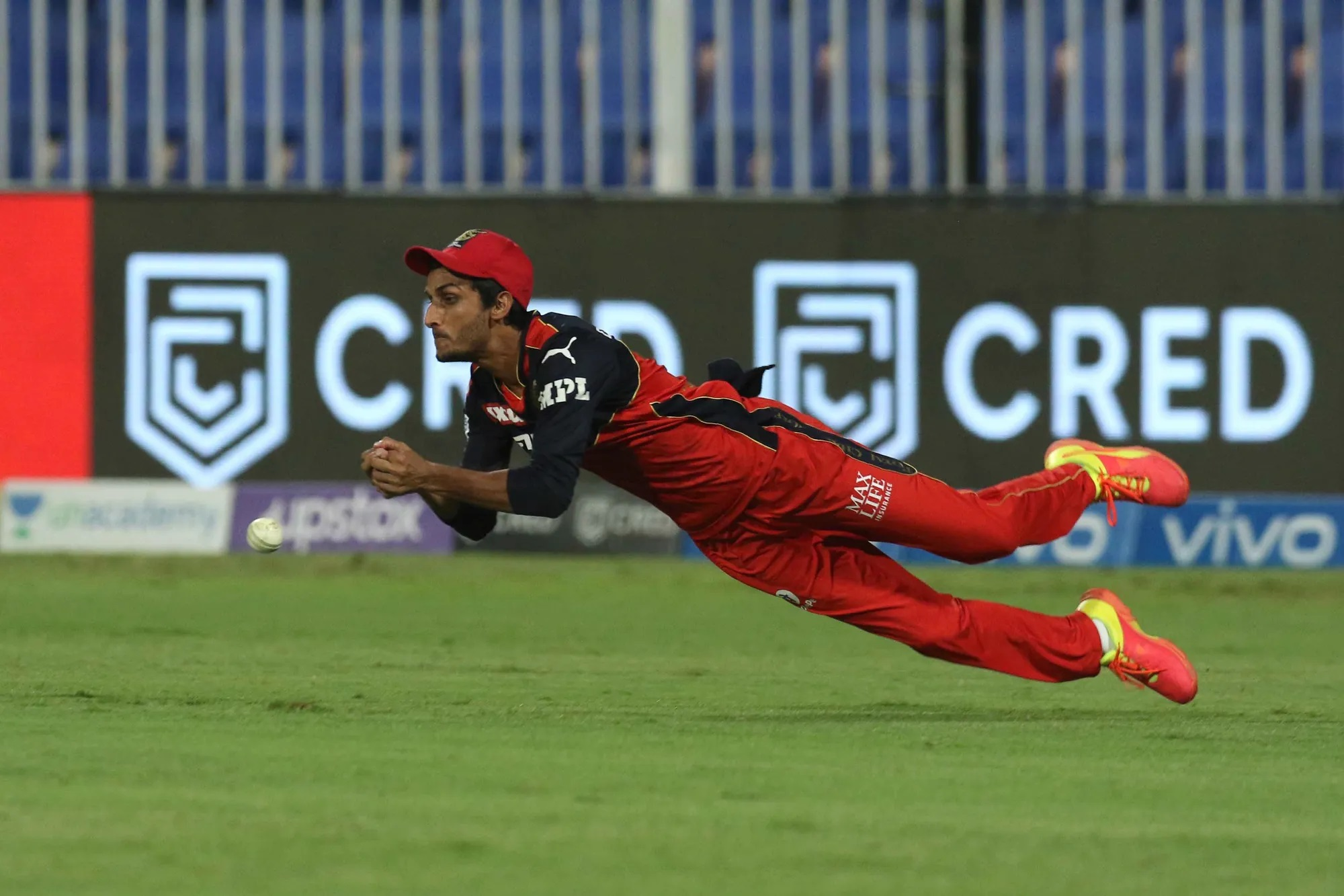 फिर एक वो वक्त था जब RCB मैच पर अपनी ग्रिप मजबूत कर रही थी। कोलकाता की पारी का 10वां ओवर था। घातक रूप से खेल रहे ओपनर वैंकटेश अय्यर का कैच उठा और शाहबाज अहमद ने वह आसान सा कैच टपका दिया।