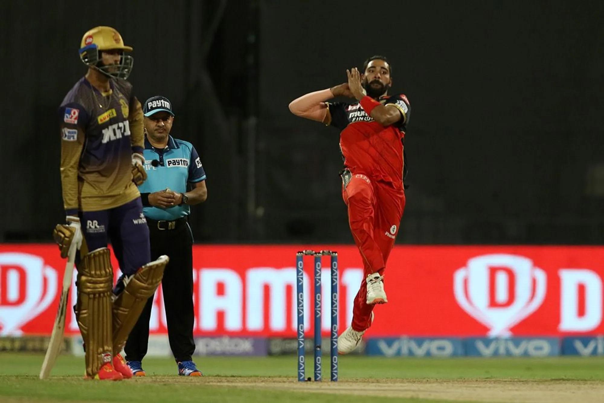 कोहली के लिए ताकत लगा रहे खिलाड़ियों में विराट के विश्वनीय गेंदबाज मोहम्मद सिराज भी शामिल थे। उन्होंने भी इस मैच में 4 ओवर की बॉलिंग में सिर्फ 19 रन दिए और 2 विकेट झटके। इन तीनों गेंदबाजों ने मिलकर मैच को किसी तरह कोहली की झोली में लाने की तैयारी कर ली थी, लेकिन वो कहते हैं न कि किस्मत भी कोई चीज होती है। अगली तस्वीर उस बात को और ज्यादा पुख्ता करती नजर आएगी।
