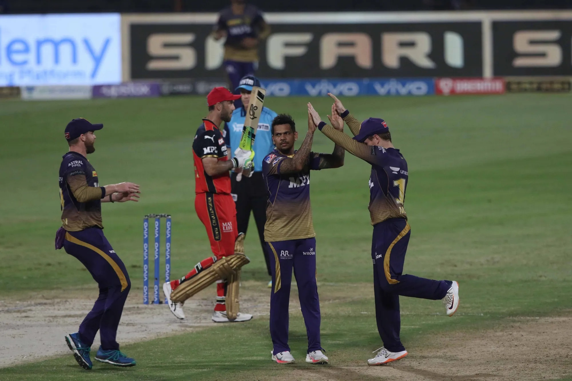 इस ताकत का नाम है- सुनील नरेन। कोलकाता नाइट राइडर्स के इस खिलाड़ी ने कोहली की कप्तानी में खेले गए आखिरी मैच को उनके लिए एक दुखद याद बना दिया। सुनील नरेन ने पहले बॉलिंग की। तब उनका रिकॉर्ड देखिए- 4 ओवर, 21 रन और 4 विकेट। विकेट भी किसके- विराट कोहली, केएस भरत, ग्लेन मैक्सवेल और एबी डिविलियर्स के। यों मानिए कि पूरी टीम अकेले यही आउट कर गए थे।