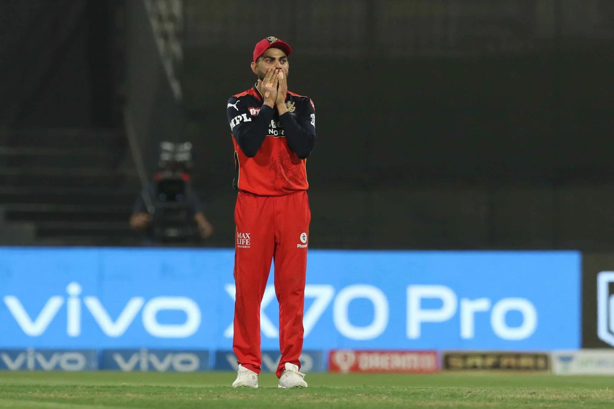 ये वो खिलाड़ी है, जो अपने पिता के देहांत के बाद ही अगले दिन मैदान में क्रिकेट खेल रहा था। तब भी उन्होंने एक बूंद आंसू का नहीं टपकाया था। जिस समय कोहली के पिता का देहांत हुआ उस समय वे कर्नाटक के खिलाफ खेल रहे थे। उन्होंने बताया था कि सुबह के ढाई बजे उनका देहांत हुआ। परिवार के सभी लोग टूट गए और रोने लगे, लेकिन मेरी आंखों से आंसू नहीं आ रहे थे। मैं समझ नहीं पा रहा था कि क्या हो गया और मैं सन्न था। अगले दिन मुझे मैच खेलना था।' इस मैच में उन्होंने 90 रन बनाए थे। ये वाकया दिसंबर 2006 का है। तब से लेकर अब अक्टूबर 2021 में कोहली को रोते हुए देखा गया। अगली तस्वीर उसी पल की है।