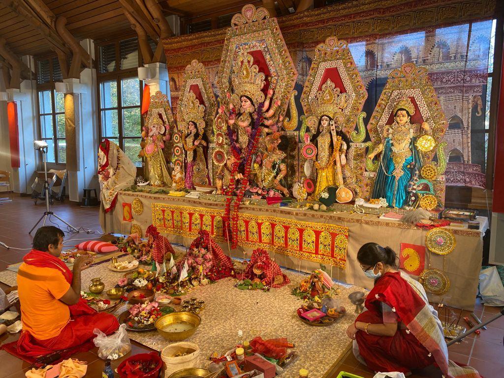 स्विटजरलैंड में पूजा सम्पन्न करा रहे भारतीय पुरोहित