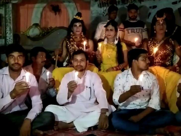 मुरादाबाद में बिजली कनेक्शन नहीं मिलने पर धरने पर बैठे थे रामलीला के कलाकार, हाथों में मोमबत्ती लेकर किया था प्रदर्शन, अब जनरेटर से होगी प्रकाश व्यवस्था|मुरादाबाद,Moradabad - Dainik Bhaskar