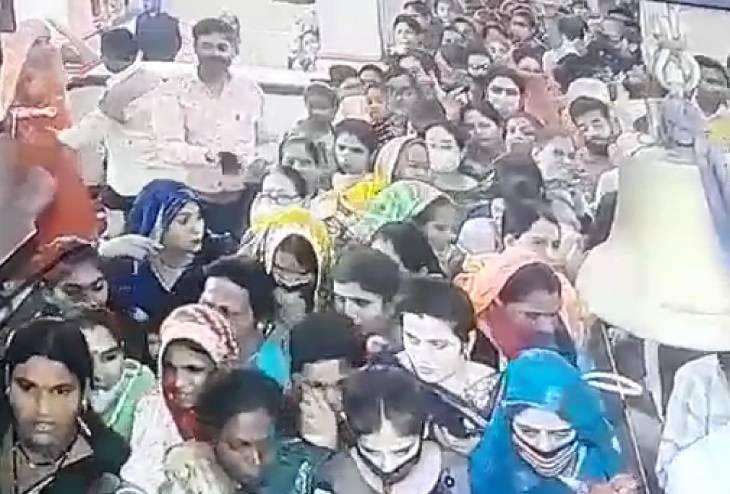 प्रसिद्ध गढ़ कालिका माता मंदिर में महिला चोर ने श्रद्धालुमहिला के गले से चेन उड़ाई, घटनासीसीटीवी में कैद उज्जैन,Ujjain - Dainik Bhaskar