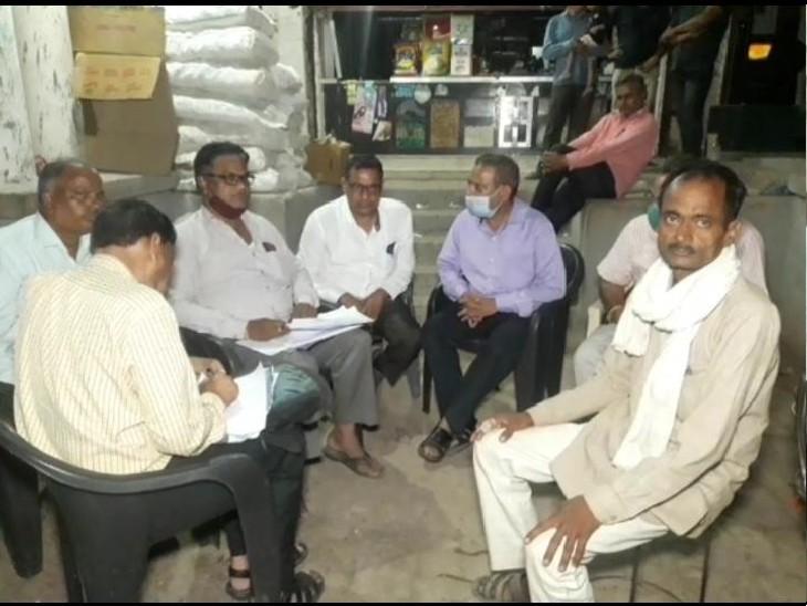 पुरानी छावनी के रायरू चौराहा पर खाद की कालाबाजारी की शिकायत पर कार्रवाई करते कृषि अधिकारी, पीछे गुलाबी शर्ट पहनकर बैठा दुकान मनोज कुमार जैन, जिसे गिरफ्तार किया गया है - Dainik Bhaskar