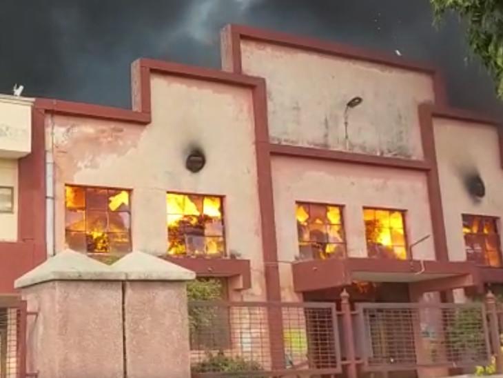 200 कर्मचारियों ने भागकर बचाई जान, 20 कंटेनरों में तैयार पड़ा माल और पैकेजिंग का माल हुआ राख, करोड़ों का हुआ नुकसान अलवर,Alwar - Dainik Bhaskar