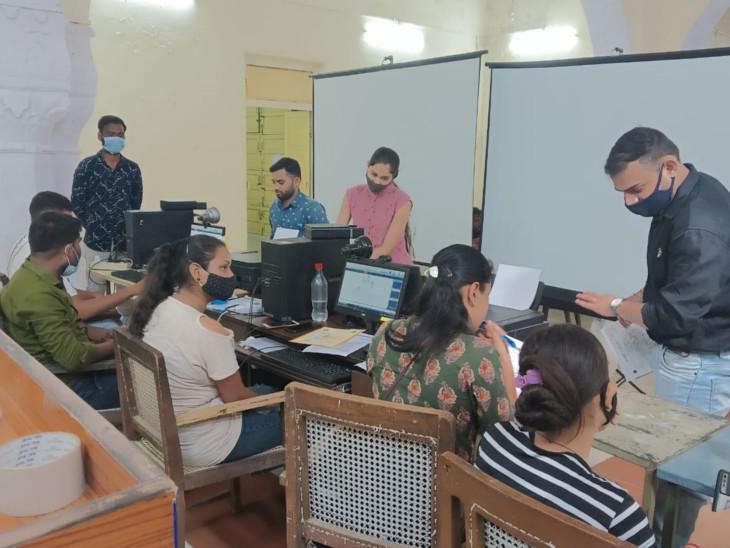 मंगलवार को करीब 100 लोगों ने अपने आधार कार्ड को अपडेट करवाया। - Dainik Bhaskar