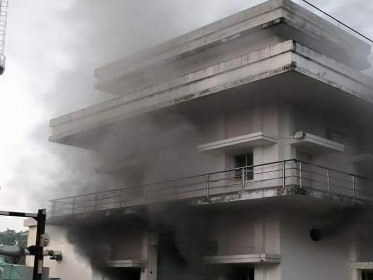 BLW के MRS भवन में आग लगने के बाद उठता धुआं। - Dainik Bhaskar