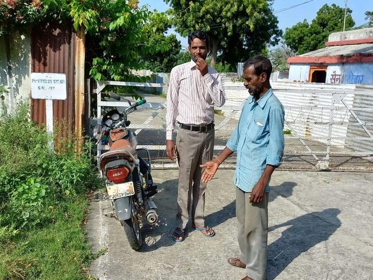 रेलवे क्वाटर के बाहर एक माह से खड़ी थी मोटरसाइकिल, क्षेत्रवासियों की सूचना पर पहुंची पुलिस, की जब्त|अजमेर,Ajmer - Dainik Bhaskar