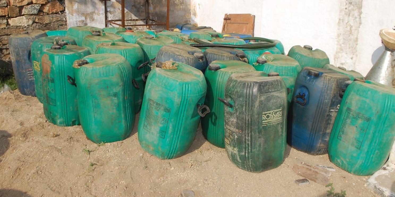 अवैध मिलावटी तरल पेट्रोलियम से भरे ड्रम।